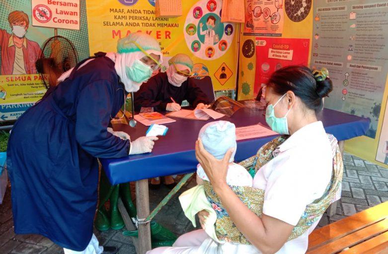 Vaksinasi Oleh Perawat RS Airlangga